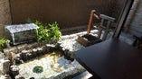 窓の外には癒しの空間手作りの庭があります