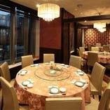 ラグジュアリー感溢れるレストラン席。個室宴会場も完備。