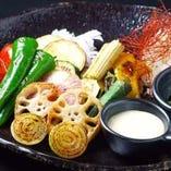 鉄板料理に彩りを添える、新鮮野菜を使った一品もおすすめです