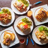 鉄板でじっくりと焼き上げる贅沢鉄板トーストも人気です