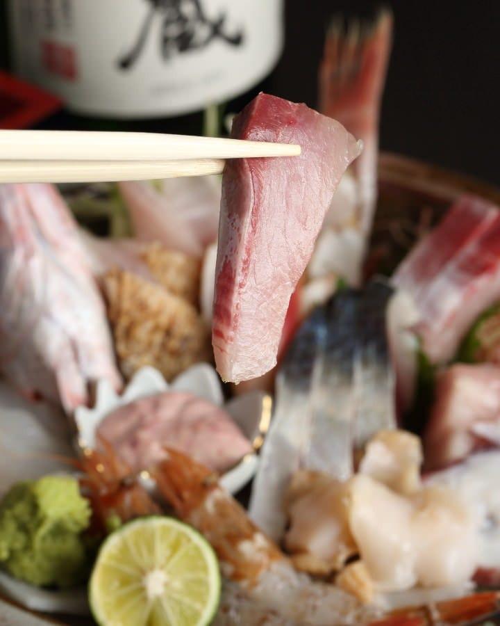 地元漁港で揚がった新鮮魚介の刺身