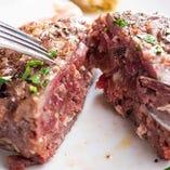 人気の和牛ハンバーグはあえて粗めにしているので肉感が強い!