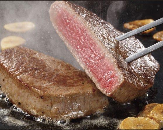 上質で柔らかいステーキをシェフがジューシーに焼き上げます!