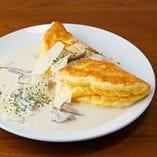 近江地卵のスフレオムレツ ポルチーニとトリュフクリームソース