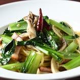 ホエー豚のベーコンや船橋産の野菜などこだわりの詰まった『ベーコン、きのこ、青菜のペペロンチーノ』