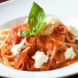 シンプルだからこそ素材の旨味が生きる『トマトと生モッツァレラ』