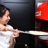 ピッツァを作って焼くのはマリさんが担当