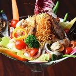 直径30cmのグラスに盛り付けた『海のマティーニ』は迫力満点のサラダ