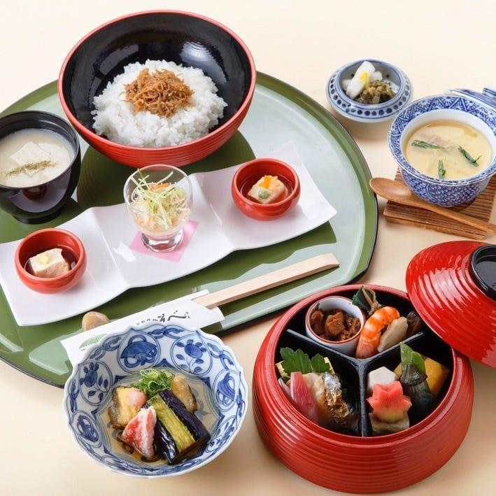 【祇園つなぎ団子の朱塗り二段弁当】京生ゆばを使用した名代まるやま弁当