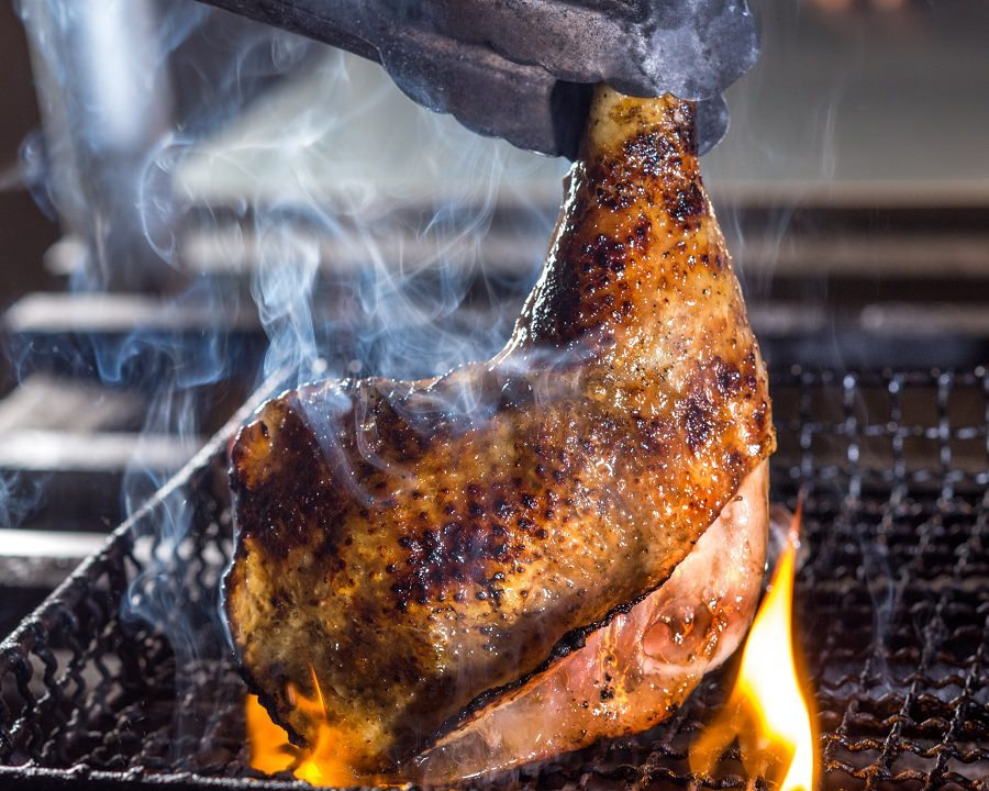 『みやざき地頭鶏』のもも肉を骨付きのまま炭火で豪快に。