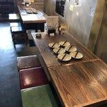 12名様で着席可能な「テーブル席」2・4名様テーブルを配置しております。
