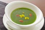 旬の食材を使ったスープも楽しみの一つ。