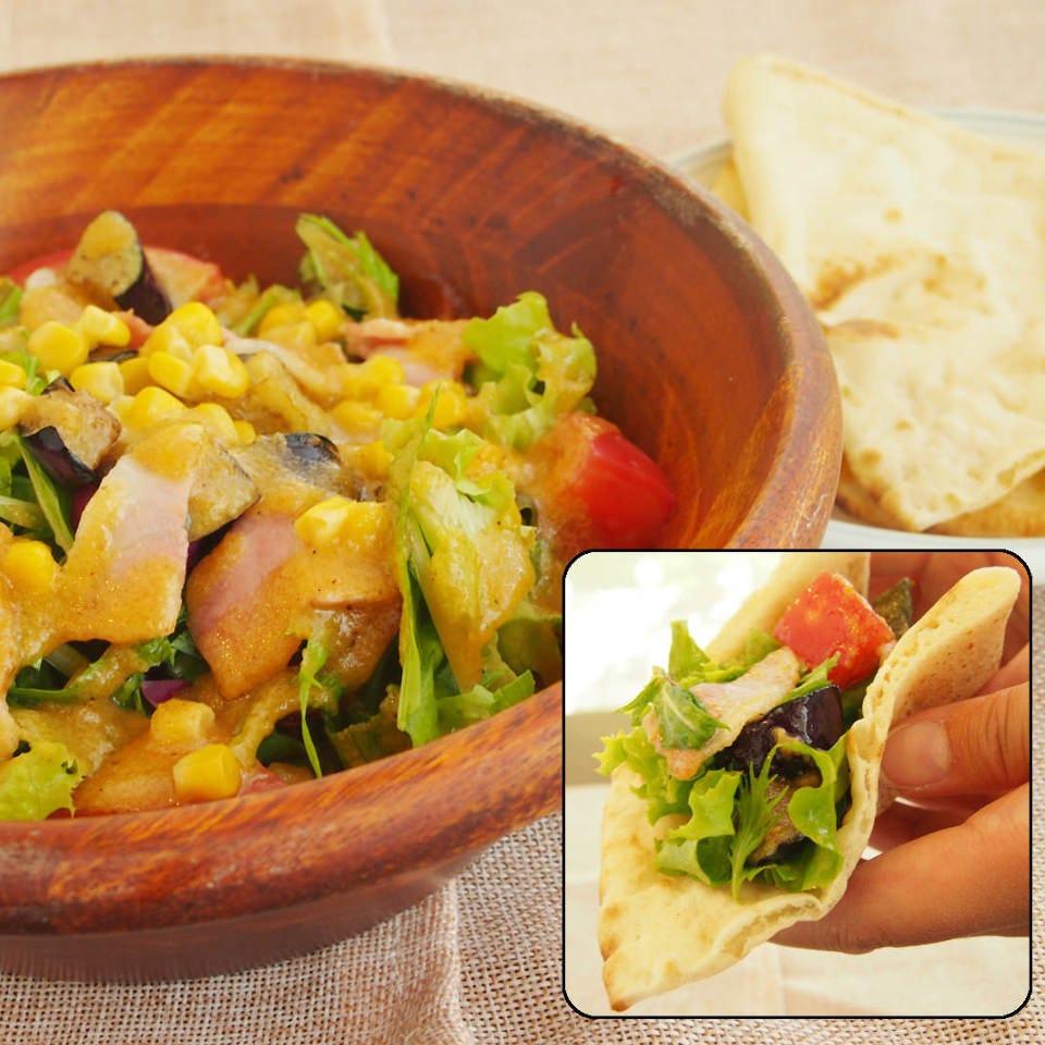サラダランチは新鮮野菜たっぷり!フォッカチャに包んで。