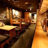 木のテーブルやカウンターは温かみのある落ち着いた空間