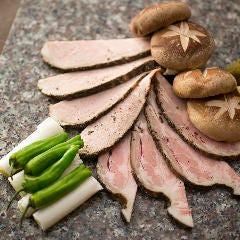 ととろ豚のかたまり焼き低温調理で仕上げます。炭火の香ばしさがビールと相性抜群!