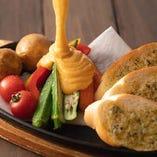 新鮮な野菜もふんだんに仕入れ彩り豊かな逸品やサラダでご提供