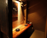 二名様個室、間接照明が和みます…