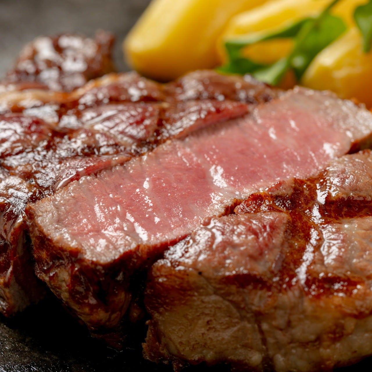 ジューシーに焼き上げるステーキは肉本来の旨味を味わえます