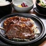 珍しい「牛肉の生姜焼き」。定食は夜でもご堪能いただけます