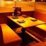 臨場感あふれるオープンキッチン近くのBOX席  座るとお隣のBOX席は一切見えません。