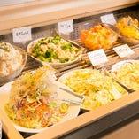 色とりどりの新鮮サラダに、パスタやお惣菜も!