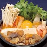 【定番】元祖純豆腐1080円(税込)、豆腐と国産あさりの辛いチゲ