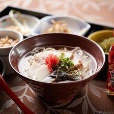 沖縄料理を満喫できるランチタイム