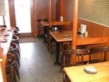 常連さんはカウンター好み、各テーブルは4名掛けです。