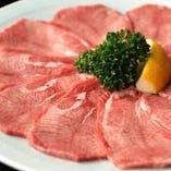 枯らしと寝かせ、ドライエイジングを組み合わせ、徹底的に肉の旨さを引き出します。
