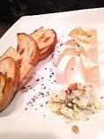 フランス産チーズ3種盛り合わせ クルミと山葡萄のパングリエ