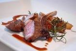 骨付き仔羊ロース肉の香草パン粉ロースト ローズマリーソース