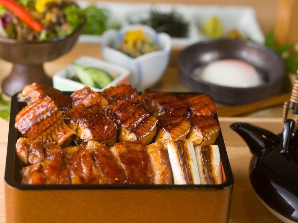 夏の期間限定で鰻と鶏のWひつまぶしも ※夏季のみの販売です※