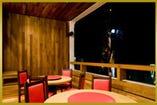 ランチ・ディナーと時間によって違う表情が楽しめるテラス席。