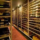 こだわりの圧巻ワインセラー!世界各国のワインは1000本以上!