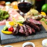 イギリス製のステーキストーンで焼く知多牛は上質の味わいです
