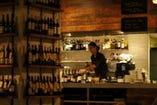 店内にズラリと並んだワインは約100種!