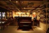 ピアノを始め、音楽機材充実!週1回開催のライブも盛況