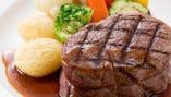 ジューシーに焼き上げたステーキがメインのコースが人気です