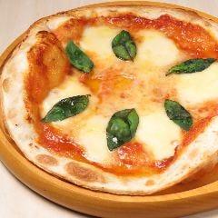 自慢のトマトソースで味わう マルゲリータ