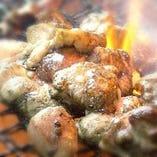 炭火で炙り焼くオリーブ地鶏。オリジナルスパイスがやみつきに。