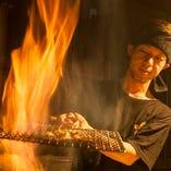 カツオの藁焼きが名物わら焼きの炎のパフォーマンスは圧巻!