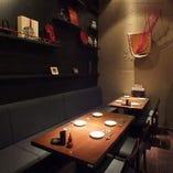 テーブル席、個室席、カウンター席がございます。