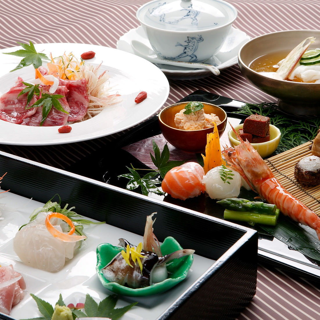 四季の会席料理は、旬の食材を活かしたお料理をご用意します。