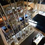 吹き抜けにそびえるシルバーの竹がライトアップされ、趣ある和空間となっています。