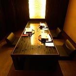 黒を基調とした重厚かつ華やかな雰囲気で、人気の個室です。(6名様)