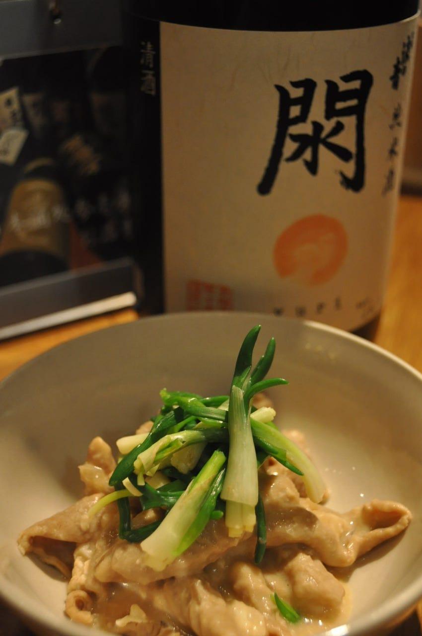 純米酒「閖」と、その酒粕で煮込んだ「もつ煮」