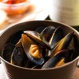 早い時間はムール貝のガーリックワイン蒸しが食べ放題