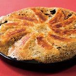 パリパリの羽根つき餃子!料理長の手作り!ひと口食べればジューシーな肉汁が口の中に広がります♪