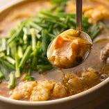 甘めのスープで煮込んだ「和牛特選もつなべ」は絶品です!