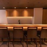 和の趣きある木のカウンター席は、接待や会食にお勧めです。